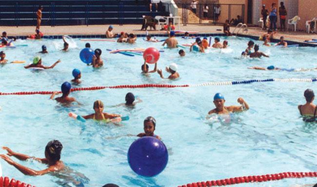 Curso de nataci n adaptada para personas con diversidad for Piscina valdesanchuela