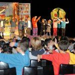 Estudiantes aprenden inglés en el Teatro
