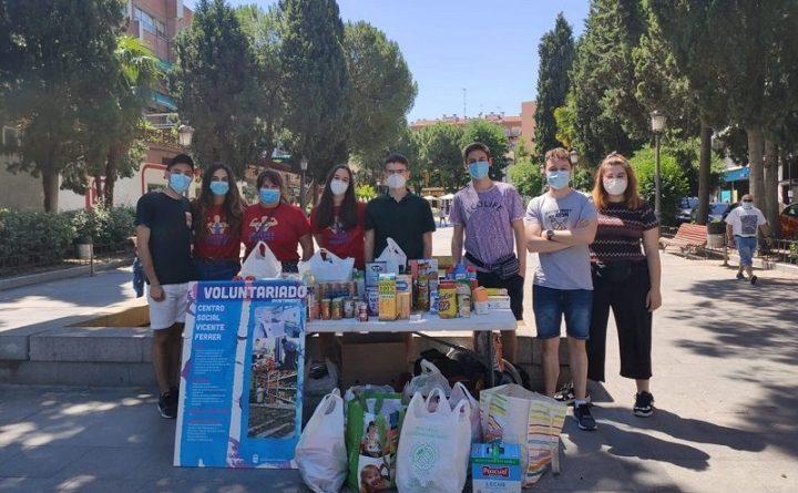 Jóvenes recogen comida para necesitados